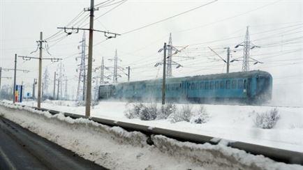 Zece drumuri judetene blocate, un tren oprit in Faurei