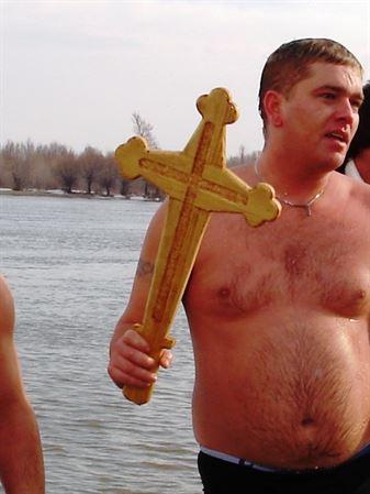 Video. Galerie Foto. Sute de braileni la Boboteaza. Bogdan Vasiliu a scos crucea sfintita din Dunare